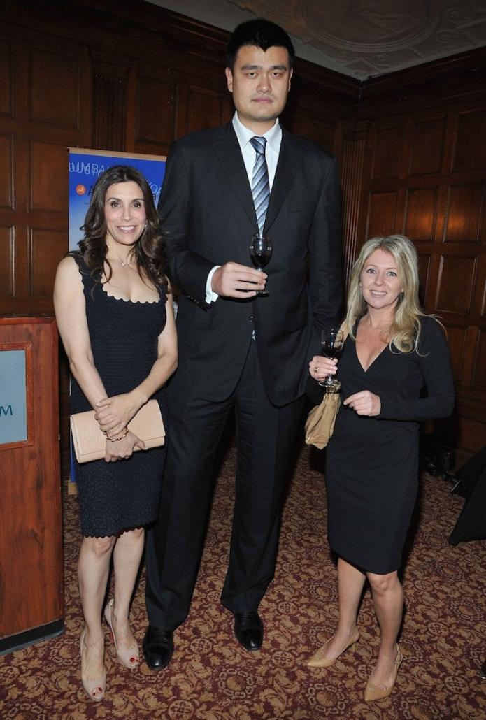 giocatore di basket con due donne